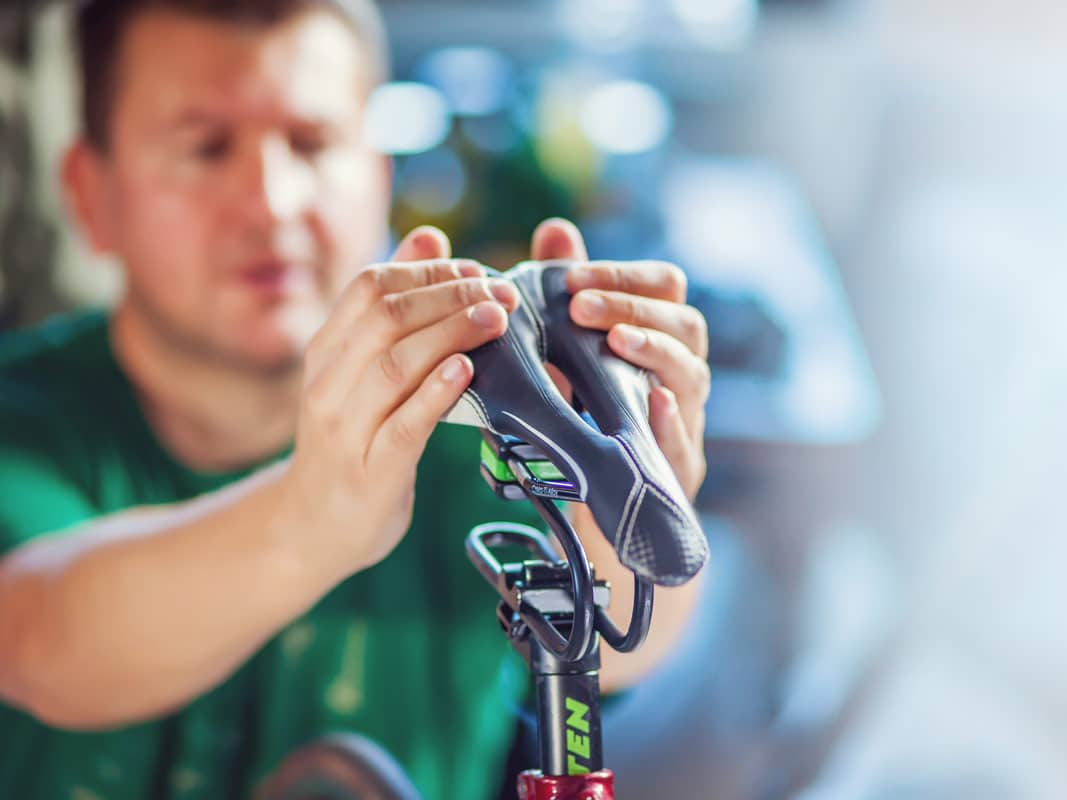 A person attaching the Rinsten spring onto the bicycle. Image via Rinsten